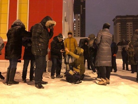 Воронежцы согреваются чаем на ночном дежурстве у новой 102-й школы